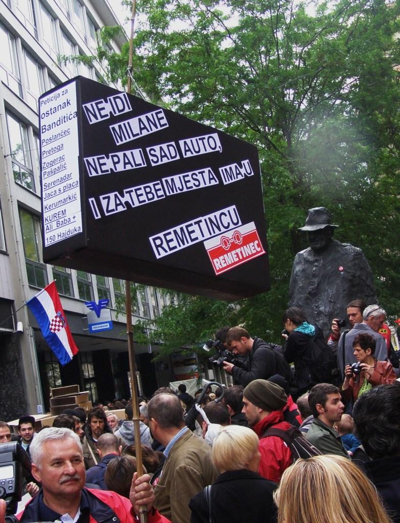 Kod spomenikj Tinu Ujeviću bile su istaknute poruke gradonačelniku Bandiću