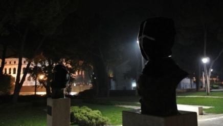 Titov park u Puli: biste boraca sa crnim platnenim vrećama naglavama