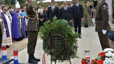 Hrvatska vlada pogazila je Ustav odajući vojnu počastustašama