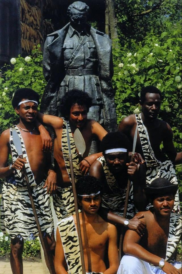 afrikanci s velikim kuracimadajući duboko grlo