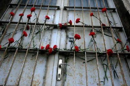75 karanfila za žrtve holokausta na Trgu žrtavafašizma